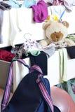Verwirrung von Kleidung in einem Fach Lizenzfreie Stockfotografie