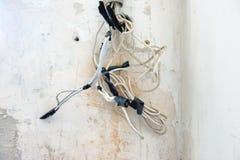 Verwirrung von Stromkabeln lizenzfreie stockbilder