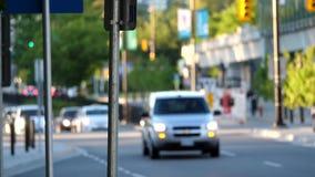 Verwischen Sie Bewegung des Verkehrsstroms in Hauptverkehrszeit stock video footage