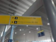 Verwischen Sie Bild der Signalanzeichenplatte im internationalen Flughafenabfertigungsgebäude Stockbilder