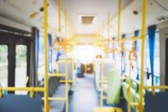Verwischen Sie Bild des Innenraums im Stadtbus, -transport, -tourismus und -straße lizenzfreie stockbilder