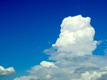 verwischen Sie blauen Himmel des weißen Wolkenfreien raumes in der rechten Hand Lizenzfreies Stockbild