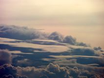 verwischen Sie des Wolkenfreien raumes des Haufens dunkelgrauen Cremehimmel wenn Sonnenuntergang Stockbild
