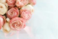 Verwischen Sie Effekt, Weichzeichnungsblumenhintergrund mit Blumenstrauß von blassem - rosa Rosen lizenzfreie stockbilder