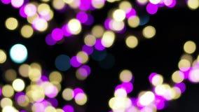 Verwischen Sie Fokus des Lichtes auf schwarzem Hintergrund von der Lampe in der Nacht auf Weihnachten vor neuem schönem romantisc stock video