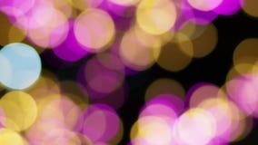 Verwischen Sie Fokus des Lichtes auf schwarzem Hintergrund von der Lampe in der Nacht auf Weihnachten vor neuem schönem romantisc stock video footage