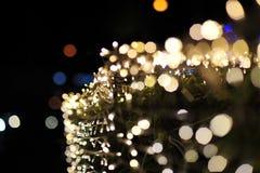 Verwischen Sie Fokus des Lichtes auf schwarzem Hintergrund von der Lampe in der Nacht auf Weihnachten vor neuem schönem romantisc Stockfotos