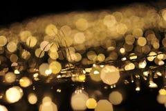Verwischen Sie Fokus des Lichtes auf schwarzem Hintergrund von der Lampe in der Nacht auf Weihnachten vor neuem schönem romantisc Stockfoto