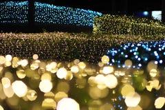 Verwischen Sie Fokus des Lichtes auf schwarzem Hintergrund von der Lampe in der Nacht auf Weihnachten vor neuem schönem romantisc Stockbilder