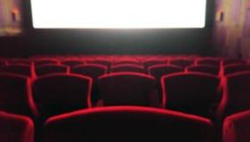 Verwischen Sie Kino mit den roten Stühlen, die als Schablone benutzt werden Lizenzfreies Stockbild