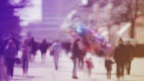 Verwischen Sie Menge von den Leuten, die auf die Straße in Bokeh, unerkennbare Gruppe Männer und Frauen als städtischer Hintergru stock video footage