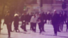 Verwischen Sie Menge von den Leuten, die auf die Straße in Bokeh, unerkennbare Gruppe Männer und Frauen gehen stock video footage