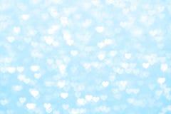Verwischen Sie schönes romantisches des blauen Hintergrundes des Herzens, weiche Pastellfarbe des Funkeln bokeh Lichtherzens, bun stockfotografie