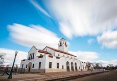 Verwischen Sie Wolken über einem Zug Depot in Idaho lizenzfreie stockfotos