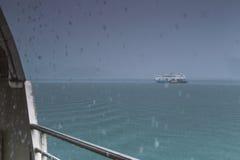 Verwischt vom Bootsfloss im Meer Stockbild