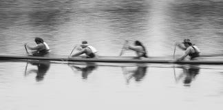 Verwischt von der Bewegung von den Leuten, die öffentlich langen Park des Bootes rudern lizenzfreie stockfotografie