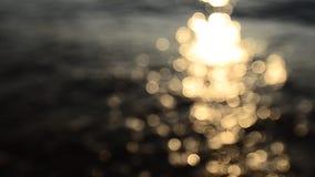 Verwischt von der Brandung am Strand mit Sonnenuntergang stock video footage