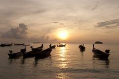 Verwischt von Schattenbild traditionellem longtail Boot auf dem Meer in SU Lizenzfreies Stockbild
