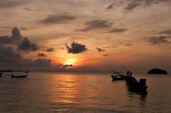 Verwischt von Schattenbild traditionellem longtail Boot auf dem Meer in SU Lizenzfreie Stockbilder
