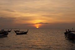 Verwischt von Schattenbild traditionellem longtail Boot auf dem Meer in SU Lizenzfreie Stockfotos