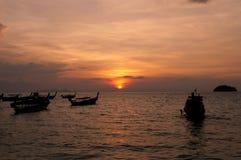 Verwischt von Schattenbild traditionellem longtail Boot auf dem Meer in SU Stockfotografie