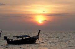 Verwischt von Schattenbild traditionellem longtail Boot auf dem Meer in SU Stockfotos
