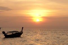 Verwischt von Schattenbild traditionellem longtail Boot auf dem Meer in SU Lizenzfreie Stockfotografie