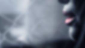 Verwischt, Zusammenfassung einer dunklen Tonfrau auf dem Draht- und Wandhintergrund Stockbilder