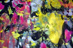 Verwischte das Golddunkle gelbe goldene Rosa spritzt, bunte klare wächserne Farben, kreativer Hintergrund der Kontraste Stockfoto