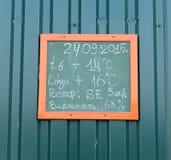 Verwittern Sie Daten bezüglich des Strandes in Serebryany Bor Stockbild