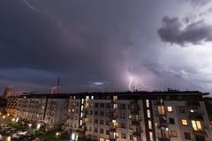 Verwittern Sie Zusammenbruch in der Stadt, in den Gewittern und im Regen stockfotografie