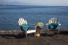 Verwitterte Adirondack-Stühle auf Dock Lizenzfreie Stockbilder