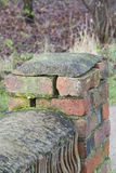 verwitterte Backsteinmauer, die Sprünge und fehlenden Mörser zeigt stockfotos