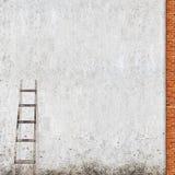 Verwitterte Backsteinmauer mit einer hölzernen Leiter Stockfotografie