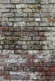 Verwitterte, befleckte Wand des roten Backsteins lizenzfreie stockbilder