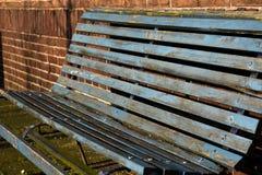 Verwitterte Beschaffenheit Metallholz-Stahlbank-moosige alte Rusty Empty Simple Sit Ons blaues Brown Kette stockfotos