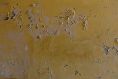 Verwitterte gelbe Wand mit Flecken Lizenzfreie Stockbilder