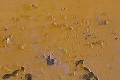 Verwitterte gelbe Wand mit Flecken Stockfotos