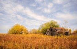 Verwitterte hölzerne Hallen in der bunten Herbstlandschaft Stockfotos