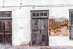 Verwitterte hölzerne Haustüren auf einer Straße der Steinstadt Lizenzfreie Stockbilder