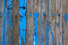 Verwitterte hölzerne Wand mit abblätterndem blauem Lack stockfoto
