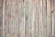 Verwitterte hölzerne Wand mit Flecken und Sprüngen Stockbild