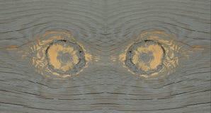 Verwitterte Kiefern-Knoten, die wie Augen aussehen Stockfotos