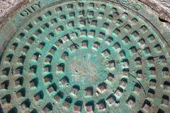 Verwitterte Kupfer befleckte Einsteigelochabdeckung Lizenzfreie Stockbilder