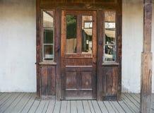 Verwitterte Tür auf altem Westgebäude Stockfotos