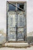 Verwitterte Tür mit Schalenfarbe Lizenzfreies Stockbild
