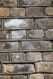 Verwitterter gelber Backsteinmauerbeschaffenheitshintergrund Stockfoto