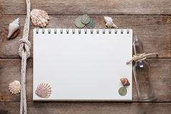 Verwitterter Holztisch mit leerem Notizblock lizenzfreie stockfotos