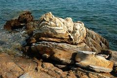 Verwitterter Kalkstein auf der Mittelmeerküste Stockfotografie