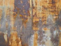 Verwitterter rostiger Stahlhintergrund mit Naht- und Schweißungslinie lizenzfreies stockbild